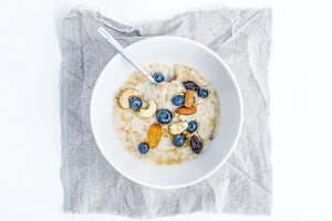 Oat porridge with fresh blueberry