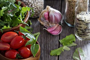 Tomatoes, salad leaves and grains