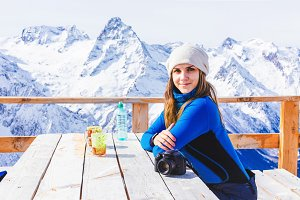 Woman snowboarder relaxing the cafe.