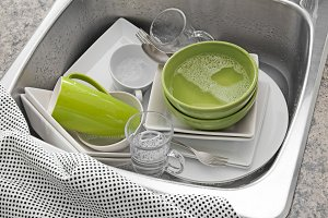 Bright dishes in the kitchen sink