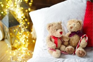 Two teddy bears siting on the bed
