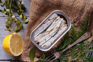 Can of sardines with lemon and rusti