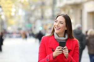 Woman looking at side holding a phon