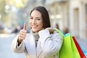 Shopper with thumbs up holding shopp
