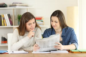 Students finding suspicious news in