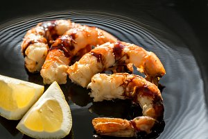 Fried shrimps with lemon wedges
