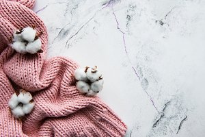 Pink knited sweater and cotton flowe
