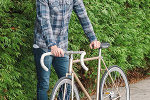 Hipster mand with beard and his fixi