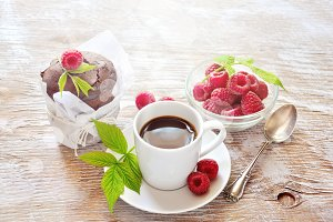 Chocolate muffins with raspberries