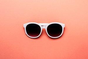 Women's sunglasses in white rim on l