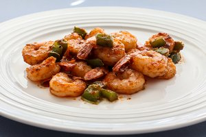 Shrimps with green bell peppers