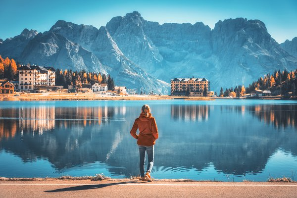 Woman on the coast of Misurina lake…