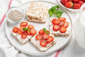 Rice crisp bread with strawberries