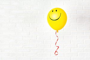 Yellow ballon with smile hangs agans