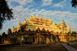 Maha Aungmye Bonzan temple at sunset