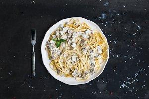 Spaghetti with creamy mushroom sauce