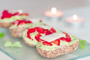 Sandwich with avokado and cheese on