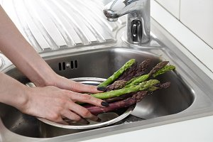 Washing fresh asparagus in the kitch