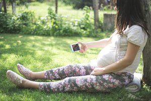 Pregnant women with smartphone