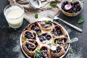 Blueberry buns with creamy sauce