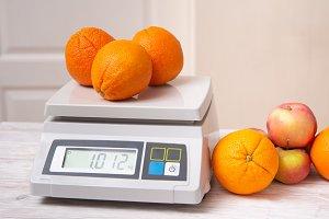 Weighting fruints on digital weight