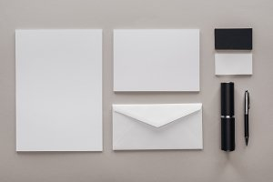 flat lay with blank white papers, en