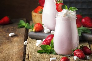 Strawberry smoothies and cocktails w