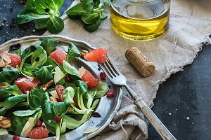 Salad with lamb's lettuce & fruit