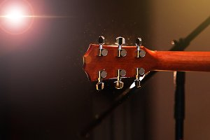 Acoustic guitar head with tuning peg