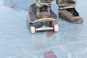 skater foot over a skateboard