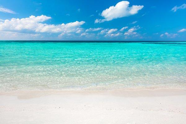 Blue ocean and sandy beach on Maldi…