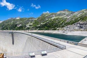 Concrete dam wall
