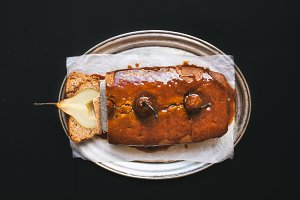 Spicy pear cake with caramel topping