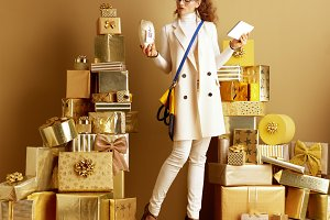 fashion-monger examine product with