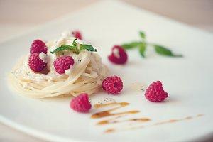 Spaghetti with raspberry in cream sauce