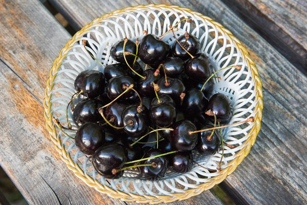 Food Images: COLORFUL - White plate of ripe black cherries