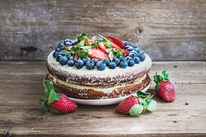 Cake with cream-cheese and berries
