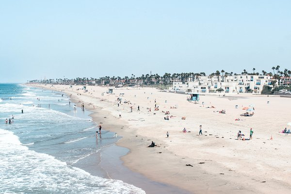 People Images - Summer - Beachgoers in California