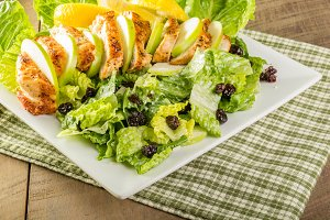 Grilled chicken salad with apples