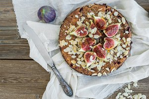 Fig pie with almond