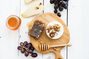 Brie with honeycomb and fruit