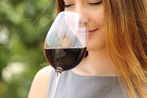 Somelier woman smelling red wine.jpg
