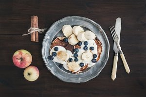 Apple pancakes with berries & banana