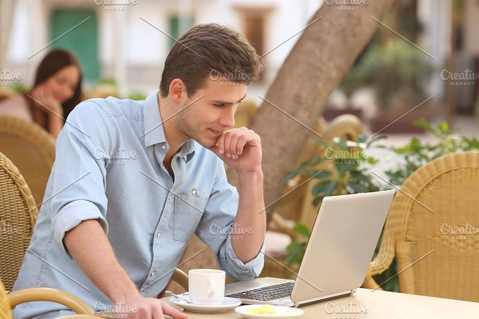 Self employed man working with a laptop in a restaurant.jpg - Technology