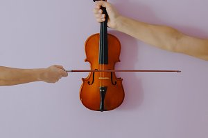 Two hands playing violin.