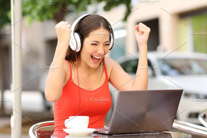 Winner girl euphoric watching a laptop.jpg - Technology