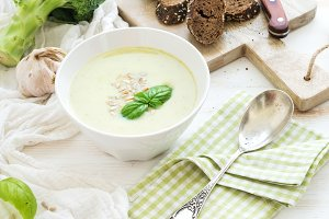 Broccoli cream soup with basil