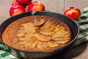 Apple tart with sliced apples