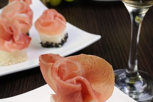 Canape melon in sesame with gammon