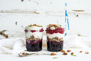 Yogurt oat granola with berries